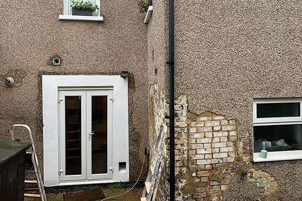 Removing pebble dashing from walls